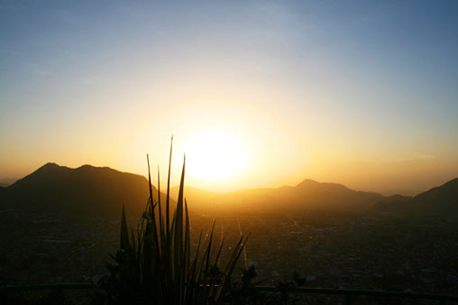 Vista de la ciudad al amanecer desde el Cerro del Borrego