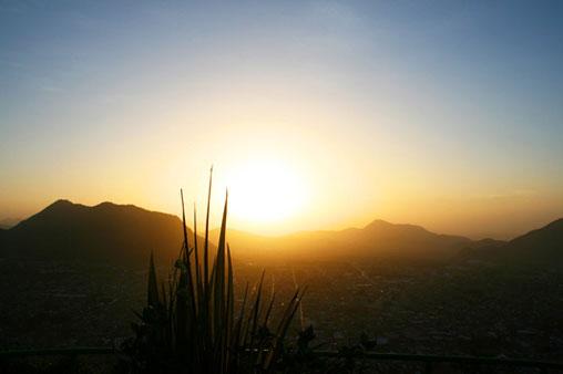 Vista de la ciudad al amanecer desde el Cerro del Borrego