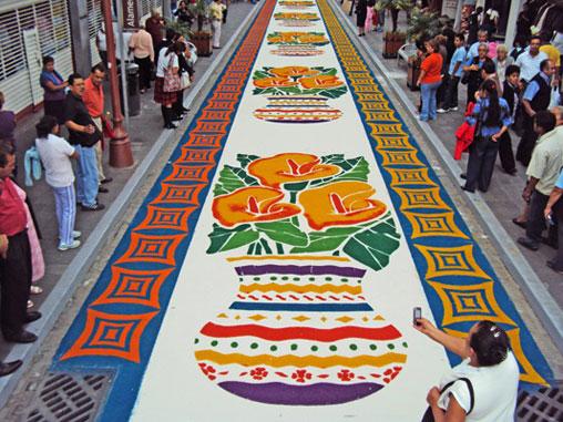 Calle Madero, con alfombras de aserrín.