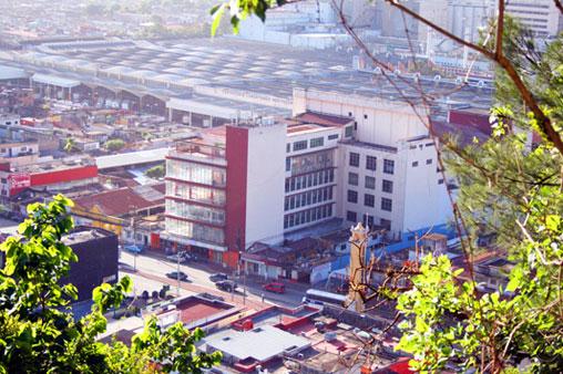 Cervecería Cuauhtémoc Moctezuma, planta en la entrada de la ciudad.
