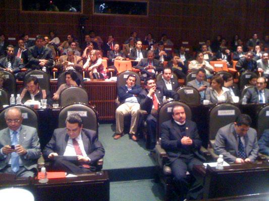 Congresista durmiendo, en la camara de diputados, México. Oscar Gonzalez.
