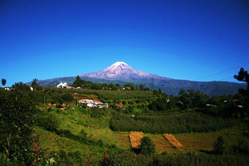 Vista del Pico de Orizaba desde el pueblo de Atzitzintla Puebla.